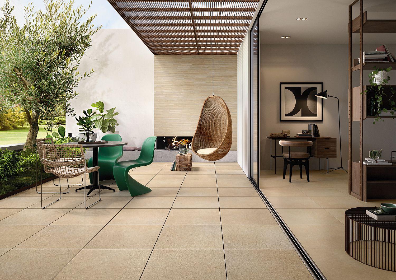 Terrasse mit quadratischen Fliesen von Villeroy & Boch, Blick in Wohnraum