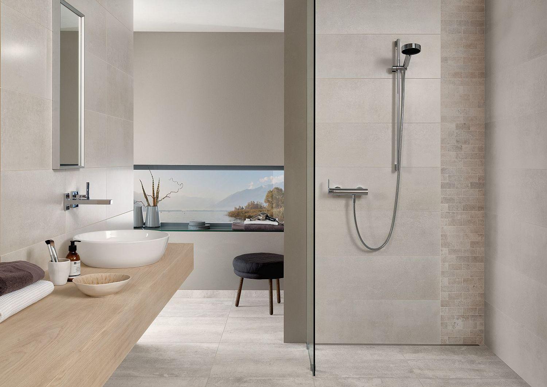 Duschbad mit kleinen und großformatigen Fliesen von Villeroy & Boch in Beige-Tönen, Waschtisch aus Holz mit Auflagenwaschbecken