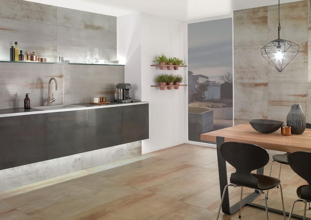 Sehr moderne Küche mit großformatigen Fliesen mit Metallic-Effekt von Villeroy & Boch auf Boden und an Wänden