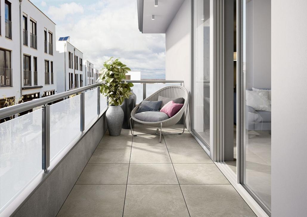 Schmaler Balkon mit Bodenfliesen in Beige von Villeroy & Boch, Sessel und zwei großen Vasen