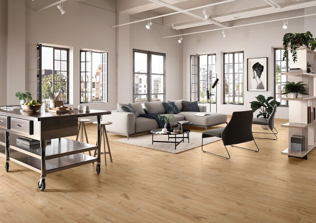 Großes Wohnzimmer im Loft-Stil mit Fliesen von Villeroy & Boch, die Holz imitieren
