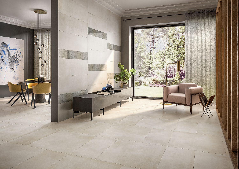 Wohn- und Esszimmer mit großen Fliesen in Beigetönen von Villeroy & Boch auf Boden und an Wand